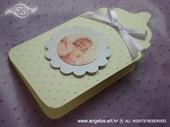 Čestitka u obliku baby bočice s reljefnom strukturom točkica i lila satenskom mašnom