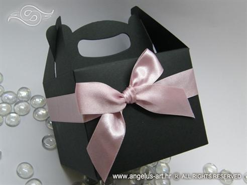 crna kutija za svadbene kolače s rozom satenskom mašnom