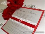 crvena bordo pozivnica s bijelim brošem i srebrnom podlogom