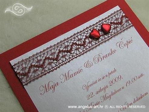 crvena pozivnica s mrežom i crvenim srcima