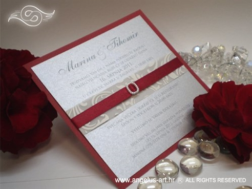 crvena pozivnica za vjenčanje s bijelim i srebrnim detaljima