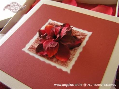 crvena pozivnica za vjenčanje u kutiji s mašnom