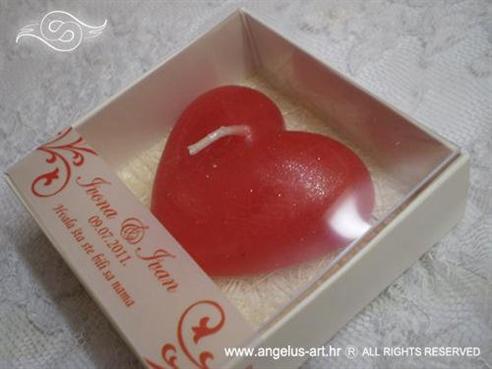 crvena svijeća u obliku srca u kutijici za vjenčanje