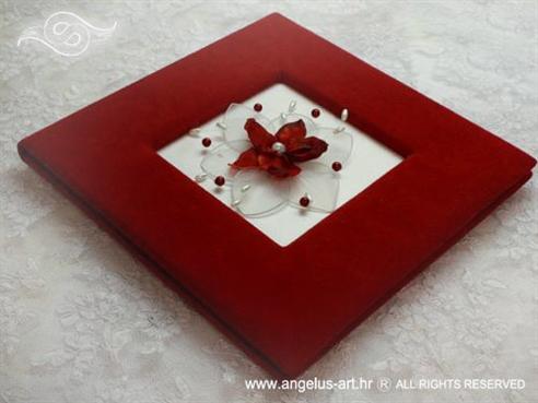crveni foto album s crvenim cvijetom i perlama