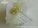 dekorirana bijela kutijica za konfete s ružom i organdij mašnom
