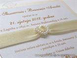 detalj krem pozivnice za vjenčanje s brošem u obliku srca