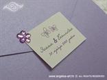 detalj ljubičaste pozivnice s cvjetićem cirkonom