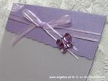 detalj ljubičaste zahvalnice s leptirom i organdij mašnom