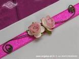 detalj zahvalnice ružičaste ruže na ciklama satenskoj traci