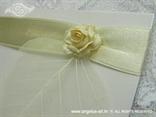 detalj zahvalnice s krem ružom i zlatnom trakom