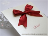 detalj zahvalnice sa širokom crvenom satenskom mašnom