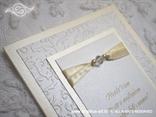 detalj zahvalnice za vjenčanje s bež i bijelim detaljima s 3D blindruckom