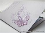detalj zahvalnice za vjenčanje s ljubičastim leptirom