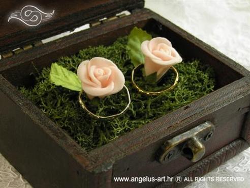drvena škrinjica za prstenje s mahovinom i ružama