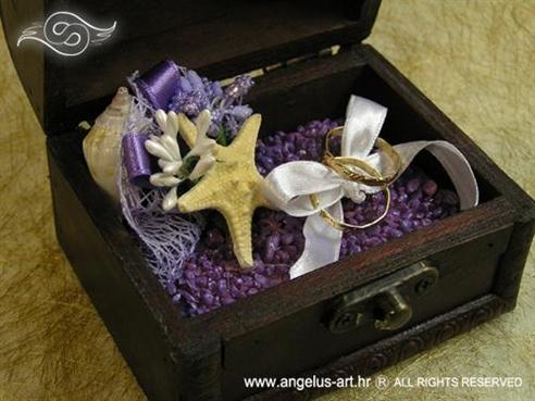 drvena škrinjica za vjenčanje s ljubičastim dekoracijama