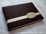 elegantna smeđa knjiga dojmova sa zlatnim ukrasnim kartončićem