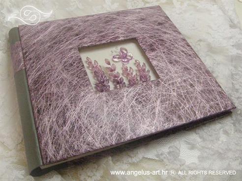 foto album od sjajne lila mreže, dekoriran leptirima