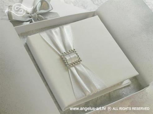 jastučić za prstenje u obliku bijele knjige s brošem