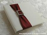 jastučić za prstenje u obliku knjige s bordo crvenom trakom i brošem