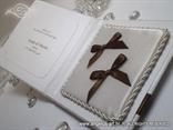 jastučić za prstenje unutar bijele knjige s imenima mladenaca