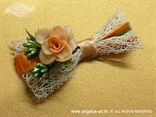 kitica i narukvica s bijelom mrežom i narančastom ružom