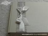 knjiga utisaka s bijelom mrežom i mašnom