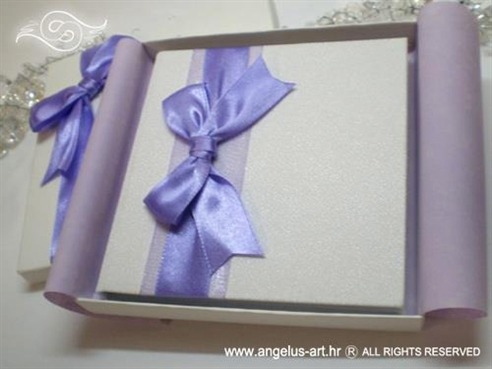 knjigica za prstenje s mašnom i ljubičastim dekoracijama