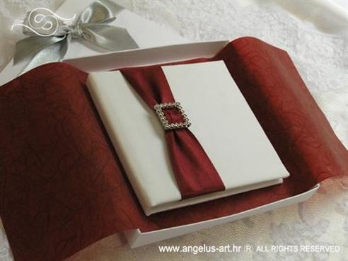 knjigica za vjenčano prstenje s bordo crvenom trakom i brošem