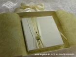 knjigica za vjenčano prstenje s krem trakom i ružom