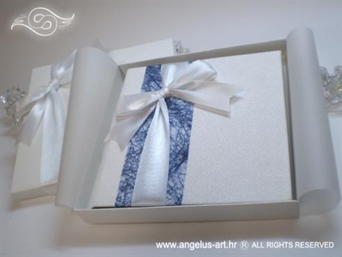 knjigica za vjenčano prstenje s plavom mrežom i bijelom mašnom