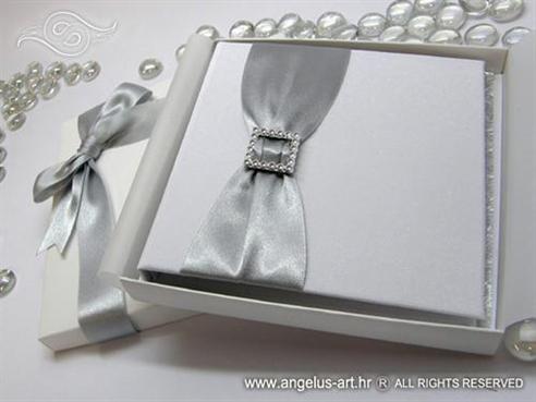 knjigica za vjencano prstenje sa srebrnom trakom i brosem