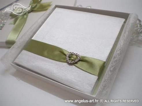 knjigica za vjenčano prstenje sa zelenom trakom i srcem