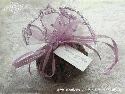 konfet lavanda u ljubičastoj organdij loptici