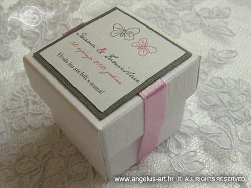 konfet s bombonima u bijeloj kutiji srebrno rozi s leptirima