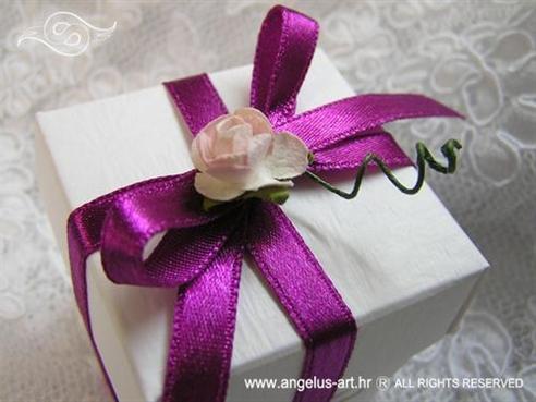 konfet za vjenčanje s ciklama mašnom i ružom
