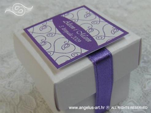 konfet za vjenčanje s ljubičastim srcima i tiskom imena