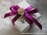 konfetni bomboni za vjenčanje u bijeloj kutijici s fuksija mašnom