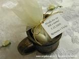 konfetni bomboni za vjenčanje u drvenom vrču s dekoracijom