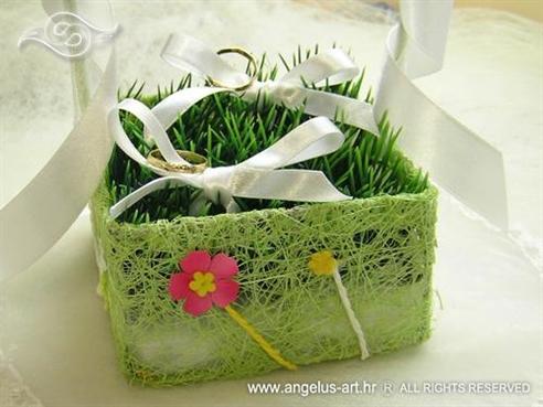 košarica za prstenje s travom i cvjetovima