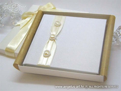 krem bijela knjigica za prstenje s jastučićem i srcima