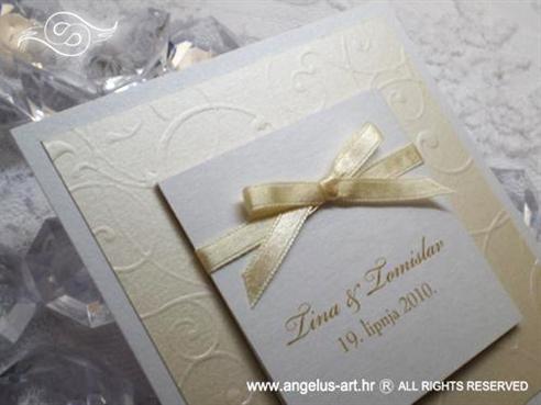 krem bijela pozivnica za vjenčanje s mašnicom i 3D uzorkom
