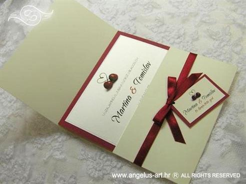 krem crvena pozivnica za vjenčanje sa srcem i trešnjama