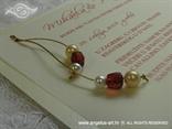 krem i crvene perlice na krem pozivnici za vjenčanje