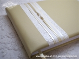 krem knjiga gostiju s bijelim detaljima i perlama