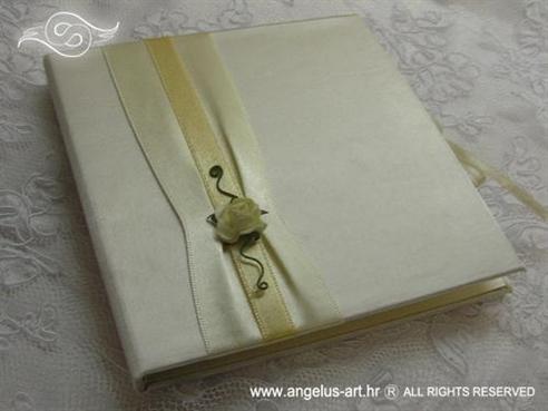 krem knjiga za vjenčanje s ružom za prstene