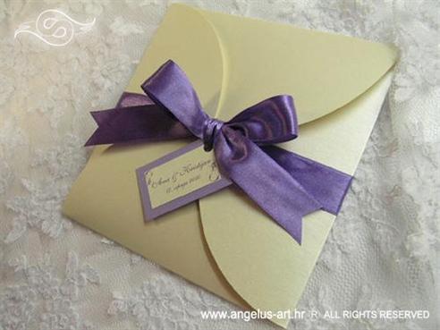 krem ljubičasta pozivnica za vjenčanje sa satenskom mašnom