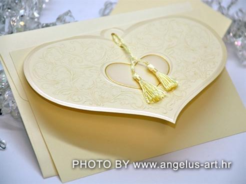 krem pozivnica s prednjom stranicom u obliku srca