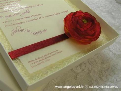 krem pozivnica u kutiji s ružom i sisalom