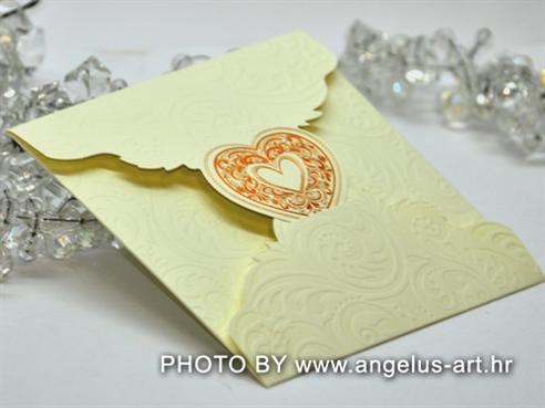 krem pozivnica za vjenčanje s 3D strukturom i srcem