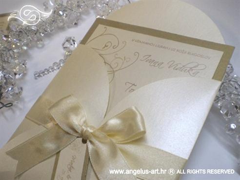 krem pozivnica za vjenčanje s bež satenskom mašnom